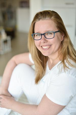 Ein Portraitbild von Renate Brunner in ihrer Praxis.